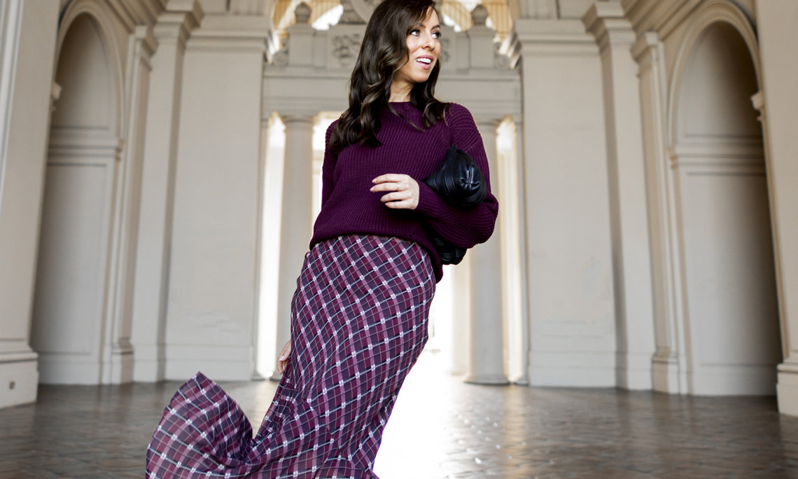 Sydne Style shows thanksgiving outfit ideas in chunky sweaters with plaid skirts